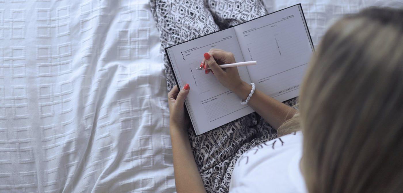 Jasmiina kirjoittaa kalenteriin