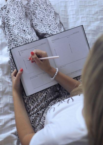 Jasmiina kirjoittaa muistiinpanoja.